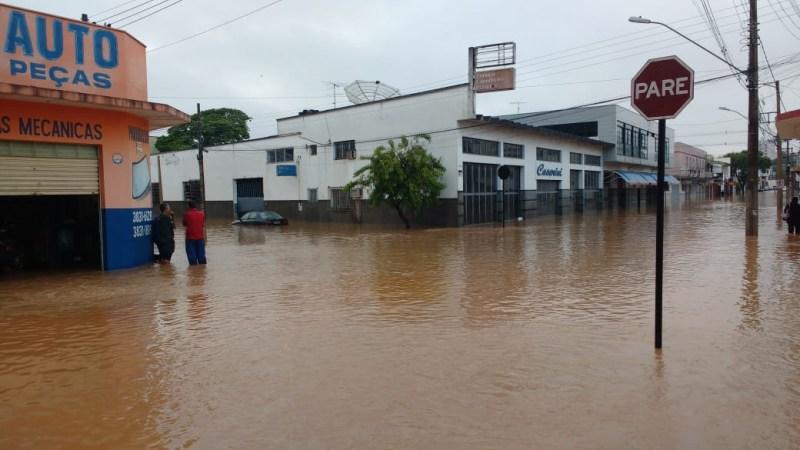 Ruas alagadas em Campo Belo